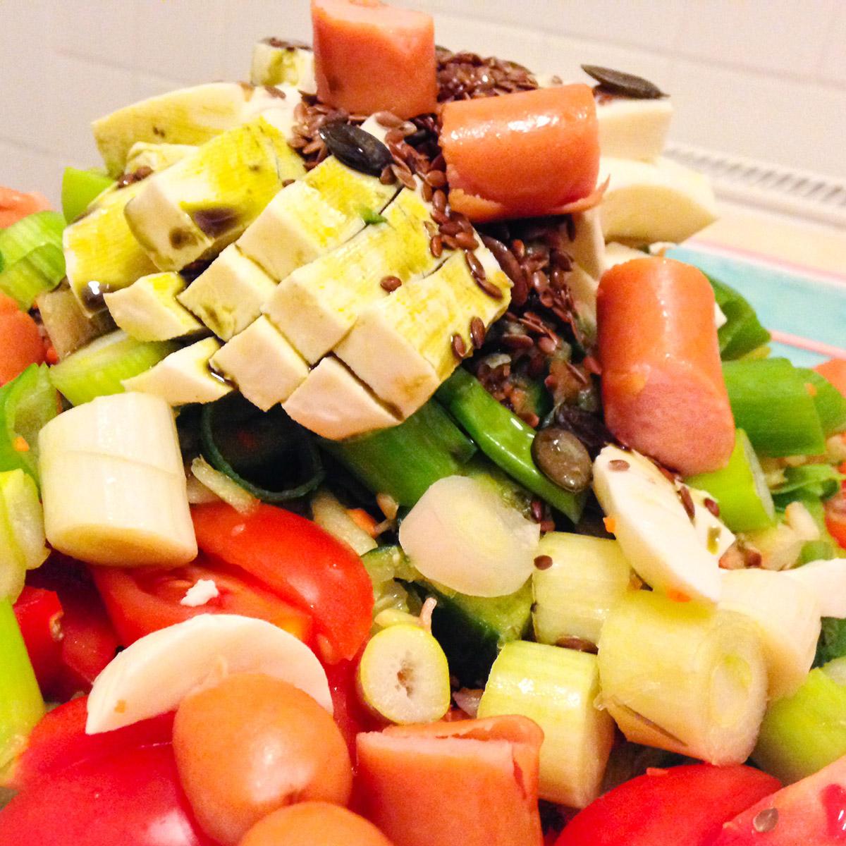 Virslis-mozzarellás saláta