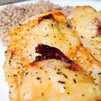 Aszaltparadicsomos-sajtos csirkemell bazsalikomos hajdinával