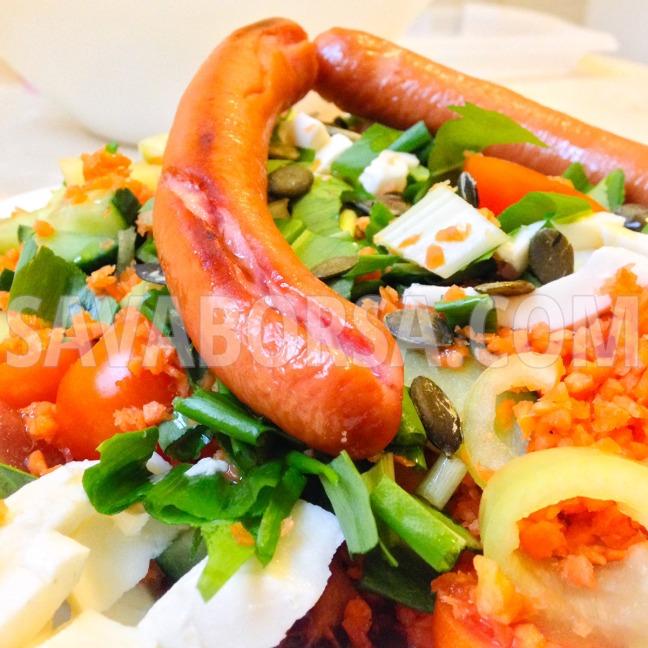 sult-virsli-zoldhagymas-salataval