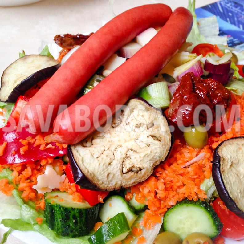 lilahagymas-salata-sult-virslivel-es-padlizsannal