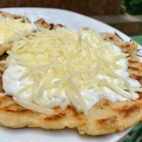 Nyírségi sajtos-tejfölös krumplilángos
