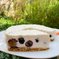 Áfonyás-joghurtos túrótorta – liszt, cukor és sütés nélkül